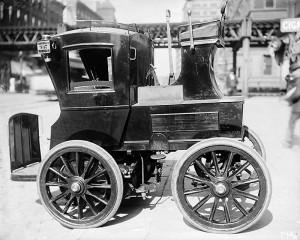 Двухместное электрическое такси в Нью-Йорке, начало 1900-х годов.