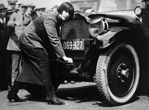 Мис Мод Оделл – одна из первых женщин-водителей такси в Нью-Йорке, 1923.