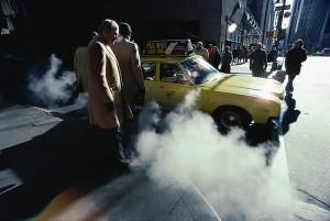 Бизнесмены садятся в такси, 1980.