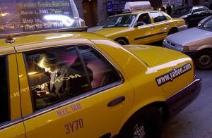 Женщина через КПК выходит в интернет на заднем сидении такси, 2000.