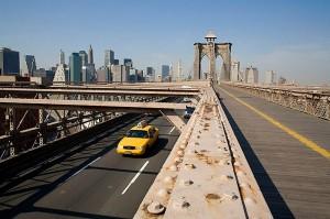 Желтое такси едет по Бруклинскому мосту, покидая Манхэттен, 2007.